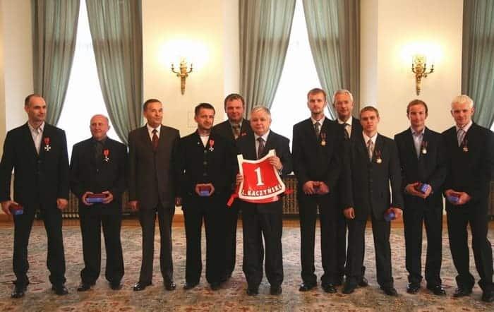 2007 07 30 Prezydent RP wraz ze zdobywcami tytulu Druzynowych Mistrzow Swiata w Pucharze Swiata na zuzlu